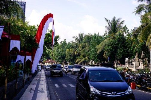 Con đường chính chạy dọc bãi biển Kuta