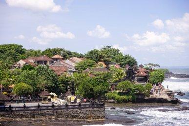 Quần thể kiến trúc nhà, đền được xây dựng để phục vụ du lịch quanh Tanah Lot