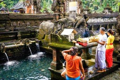Người dân ngâm mình gội rửa nơi dòng suối thiêng