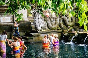 Khách du lịch tìm hiểu, trải nghiệm trầm mình dưới suối